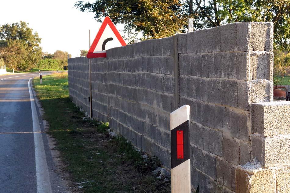 Antigradnja: Zid armiran saobraćajnim znakom