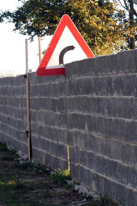 Pula, 03.11.2014 - Zazidan prometni znak na Prematurskoj cesti