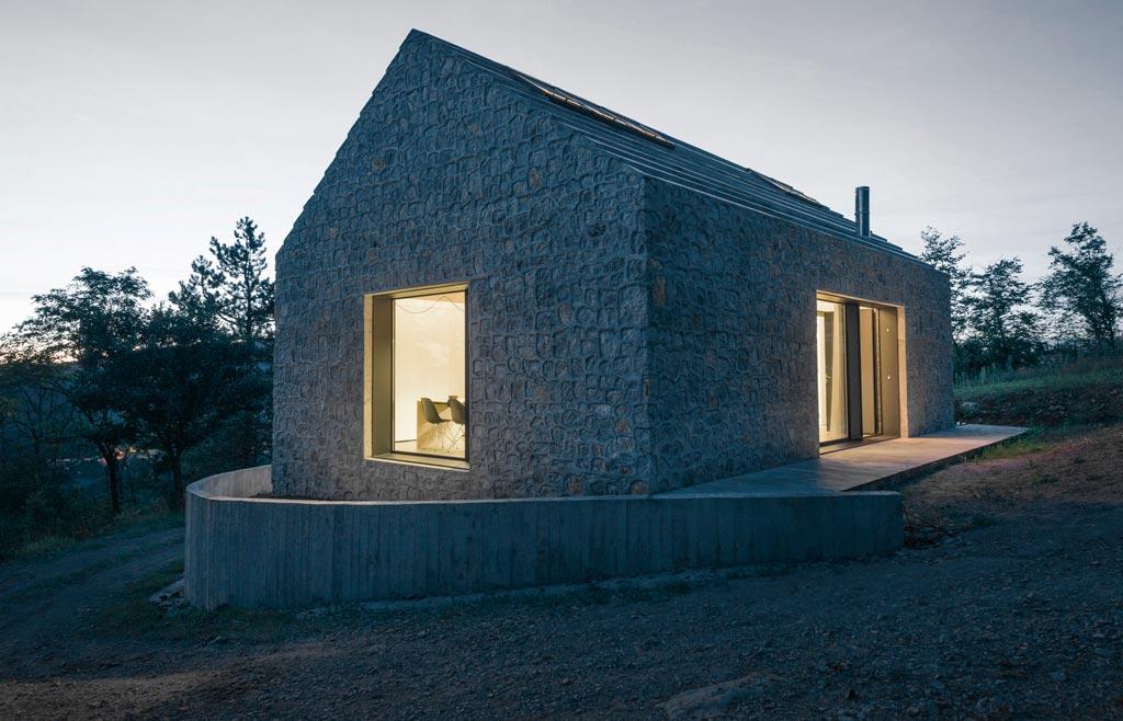 Betonska kuća u Sloveniji ukrašena kamenom fasadom