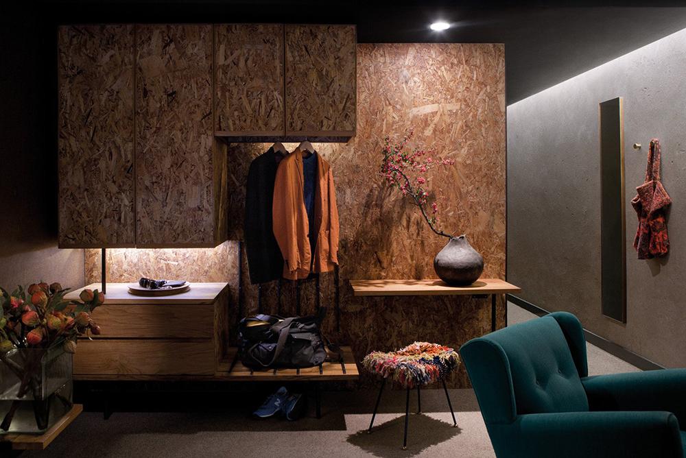 Hotelska soba sa zidovima od betona i OSB ploča