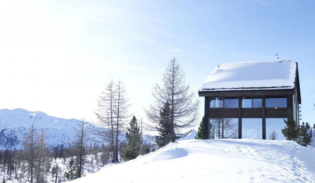 Prefabrikovana planinska koliba odvojena od sveta