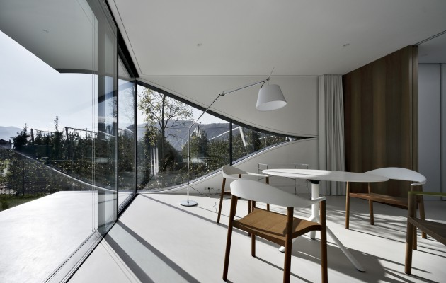 548cae58e58eceb76d000074_the-mirror-houses-peter-pichler-architecture_mirror_houses_south_living_room-3
