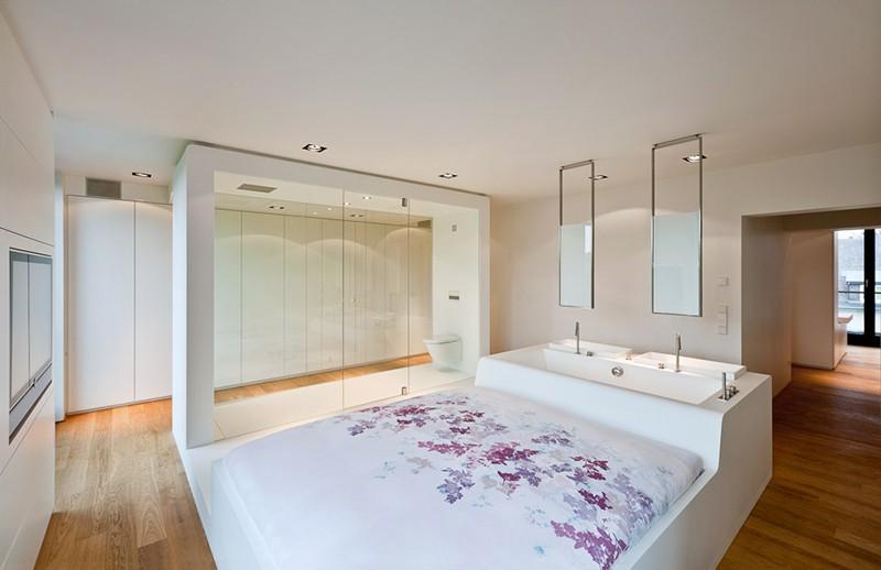 Kupatilo s umivaonikom i kadom integrisanim u krevet