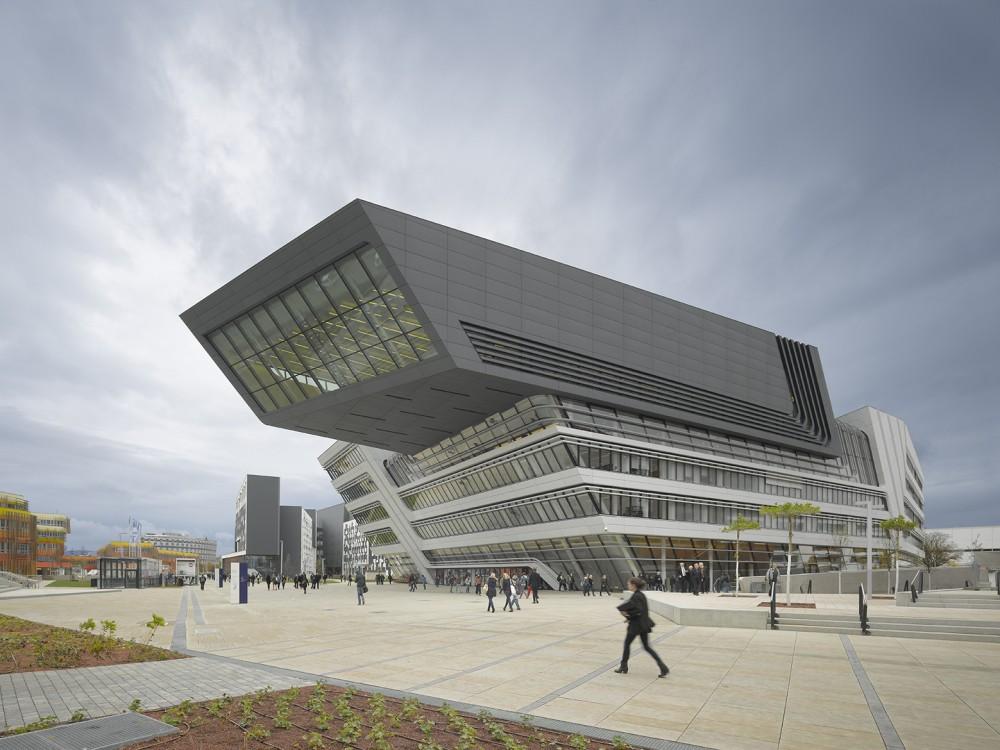 Betonski element težak 80 kilograma pao sa zgrade Zahe Hadid