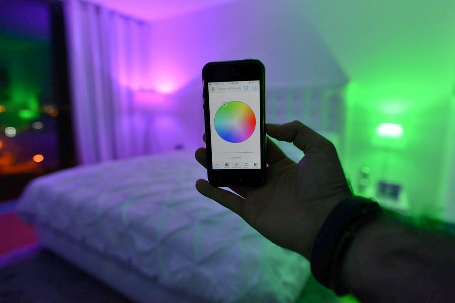 Podesite atmosferu u sobi: LED sijalica koji sija u 16 miliona boja