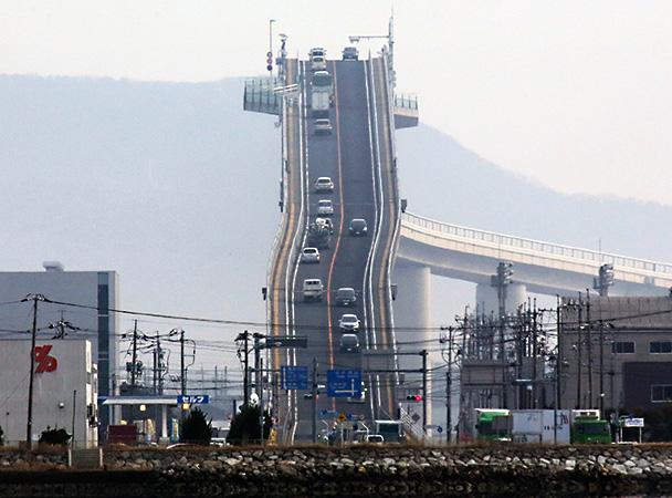 Strmi most u Japanu koji rešava problem prolaska brodova