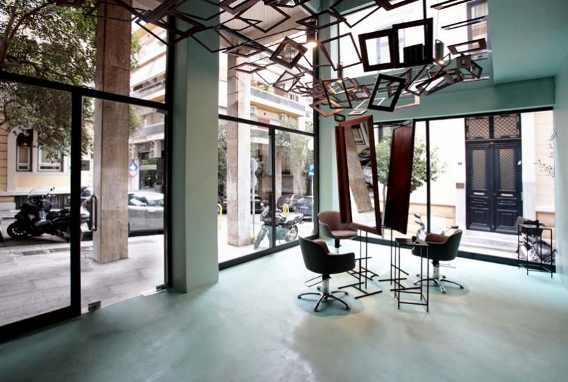 Enterijer frizerskog salona koji stavlja ogledala u drugi plan