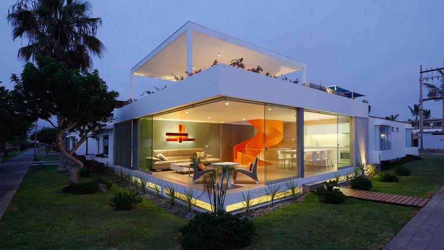 Narandžasto stepenište kao glavni ukras kuće