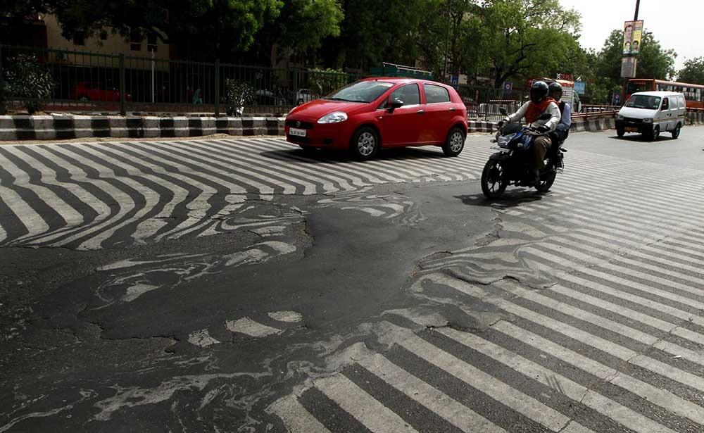 Smrtonosne vrućine u Indiji tope asfalt na putevima
