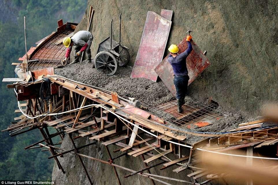 Kineski radnici balansiraju na skeli iznad provalije bez zaštitne opreme