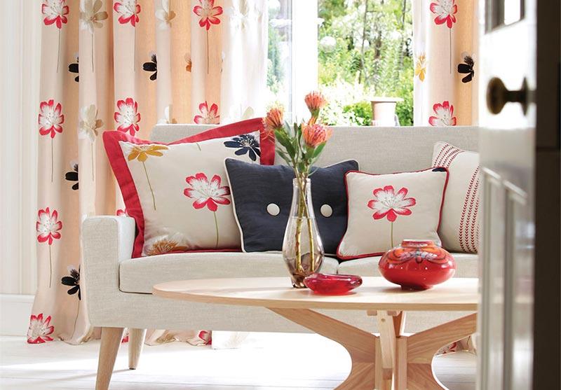 Kako koristiti cvetne motive na tapetama, jastucima i zavesama