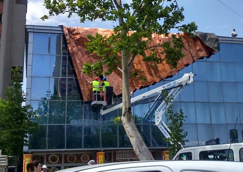 Uklanjanje krova s banke kojeg je odnela oluja