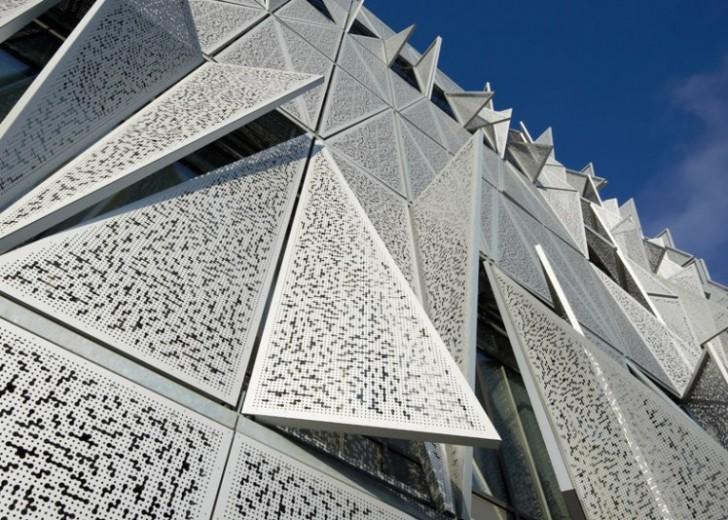 Fasada koja se kreće pri promeni temperature i nivoa osvetljenja