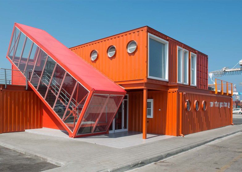 Stepenište zgrade od transportnog kontejnera