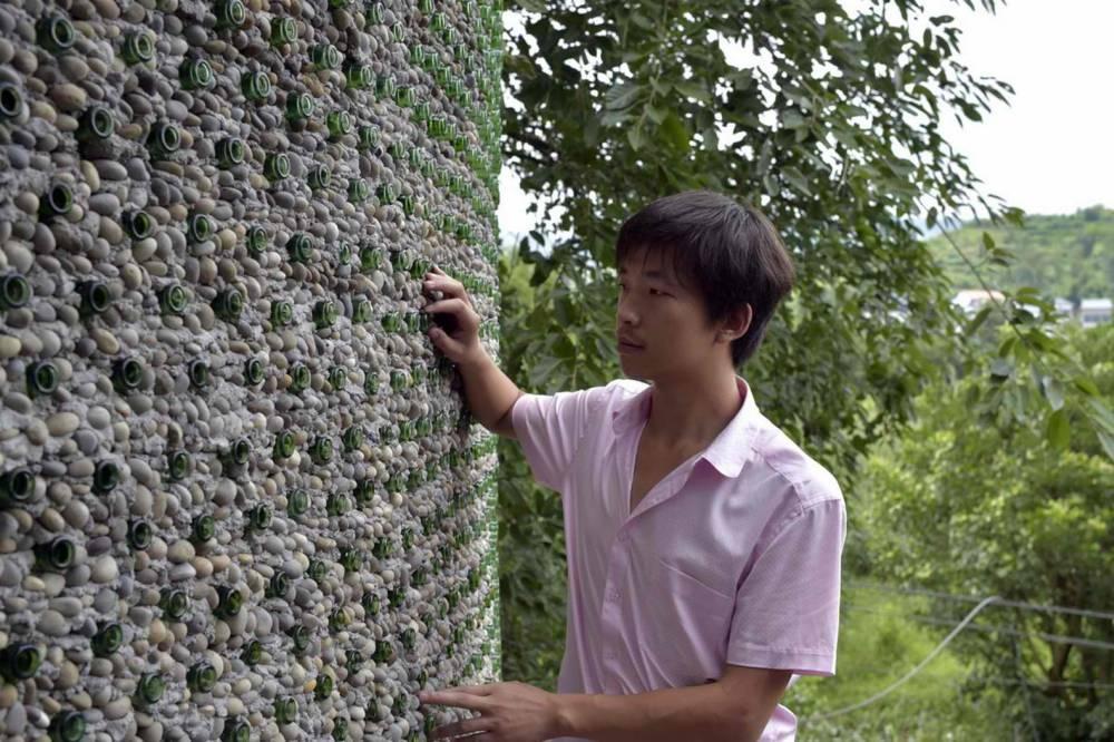 Gajba od flaša: Kinez napravio kancelariju od boca piva