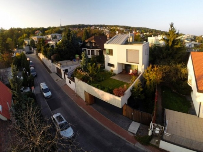 Kuća s dvorištem iznad nivoa ulice