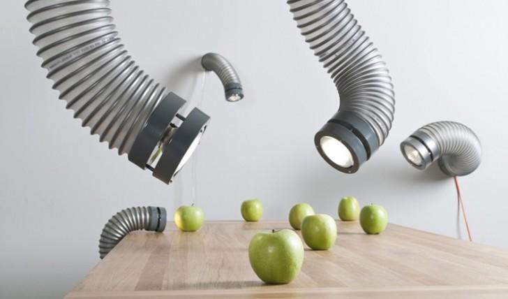 Fleksibilna lampa koja izgleda kao crv koji izlazi iz zida