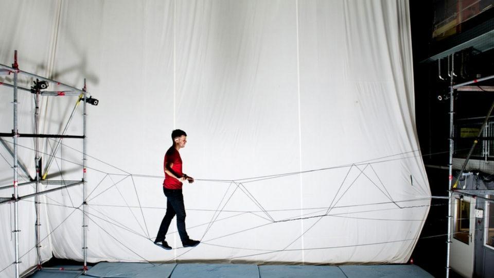 Pogledajte kako dronovi prave most po kojem se može hodati