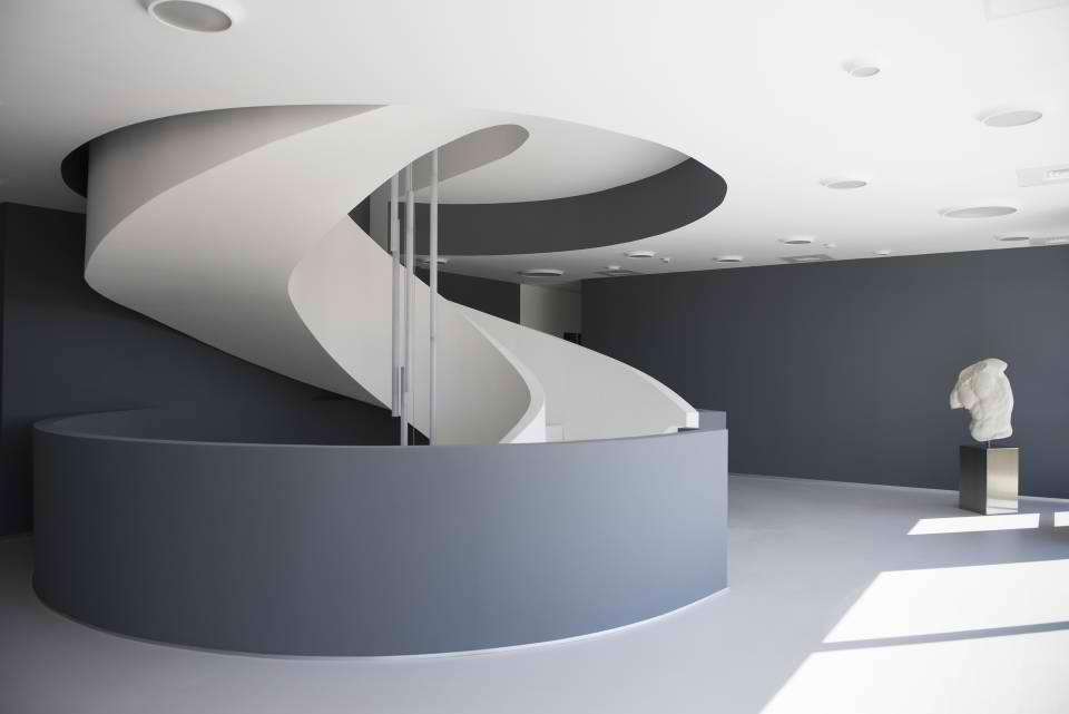 Stepenište kao skupltura izvedeno od kompozitnog materijala