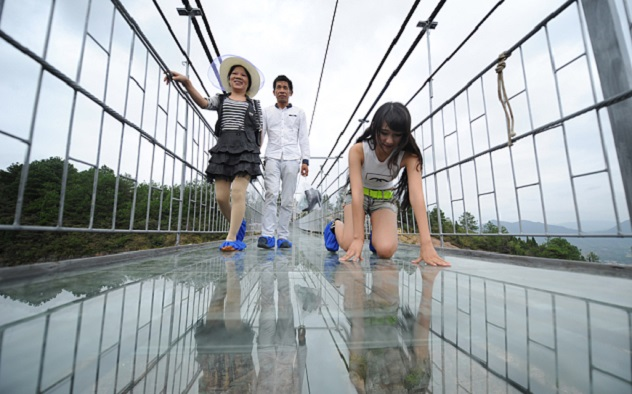 Pukao stakleni most u Kini. I to od pada termos boce!