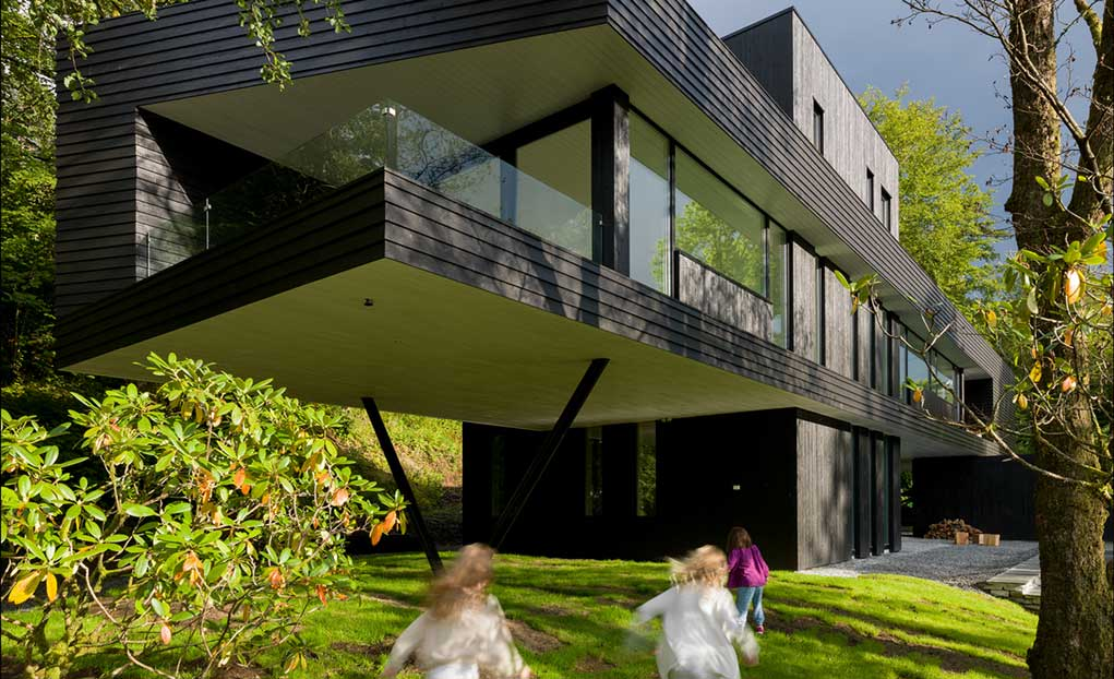 Impresivna konzolna kuća s tamnom drvenom fasadom