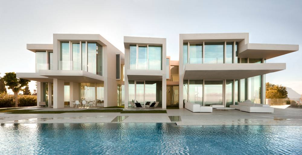 Monumentalna betonska kuća na Sredozemnom moru