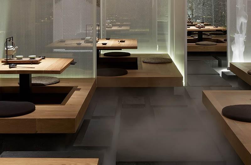 Gosti ovog restorana sede na platformama prekrivenim maglom