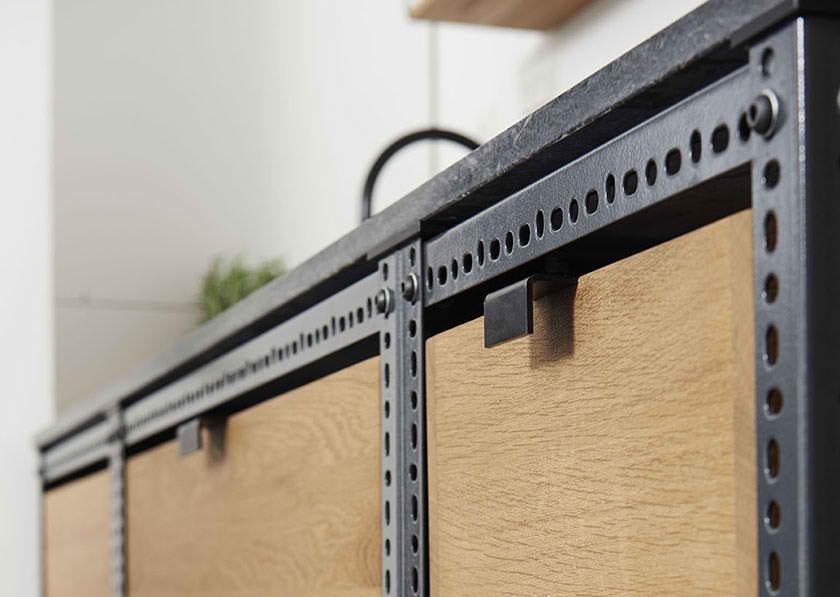 Kancelarijska kuhinja od metalnih profila i drvenih ploča