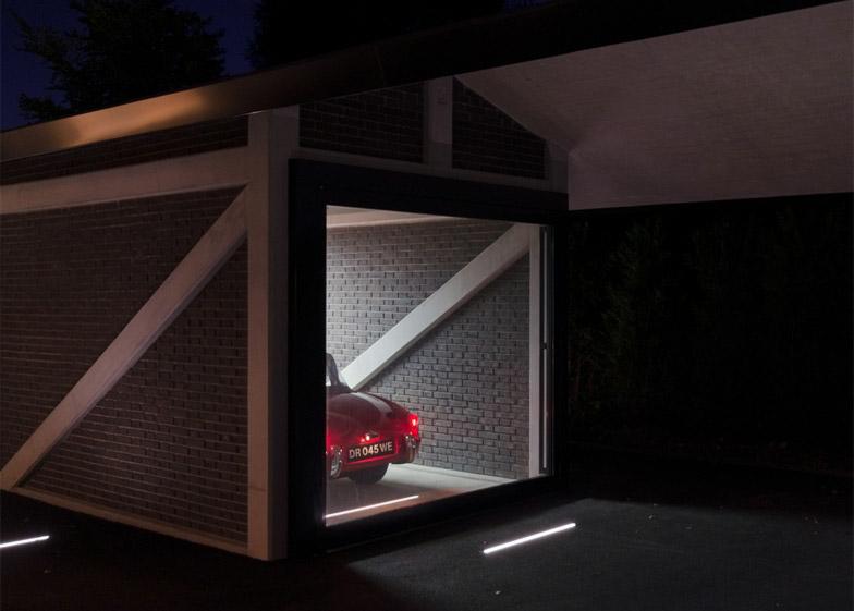 Garaža u stilu Džejmsa Bonda za parkiranje oldtajmera