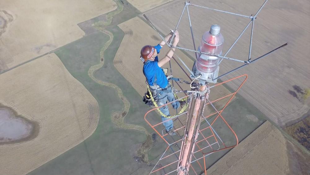 Dron zabeležio kako se menja sijalica na TV tornju visokom 450 metara