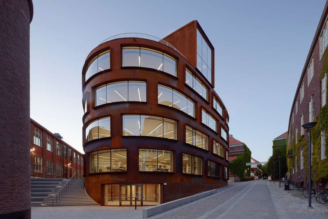 Rđa na fasadi nove zgrade arhitektonskog fakulteta u Stokholmu