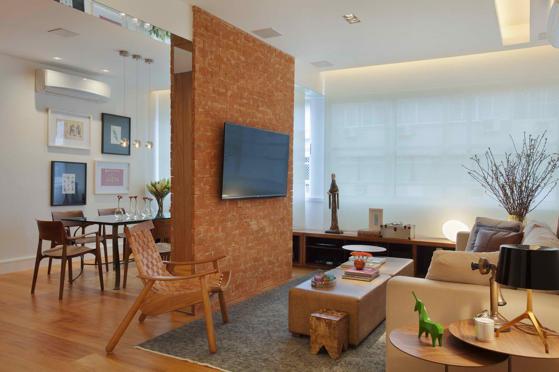 Umetnuti zid u dnevnoj sobi razdvaja prostor na dva dela