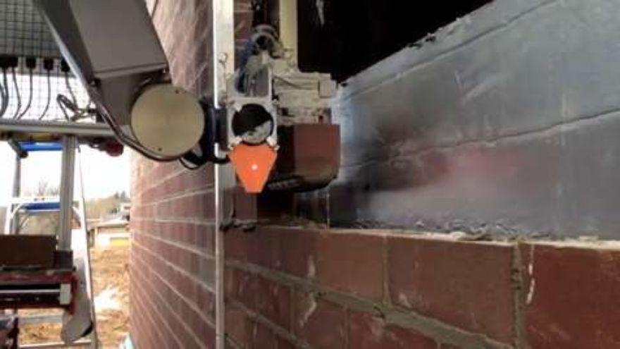 Novi robot zida opekom tri puta brže od zidara