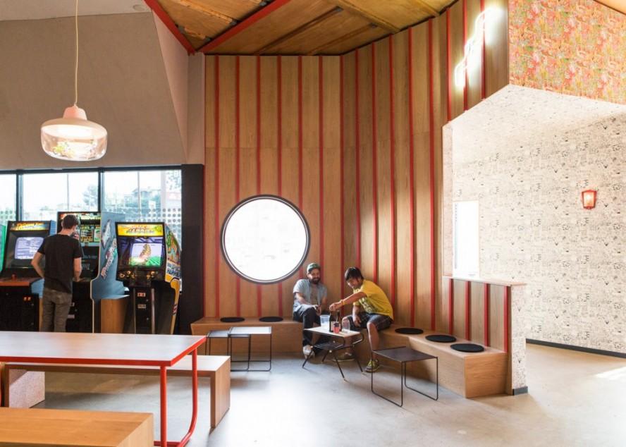 Enterijer restorana inspirisan retro video-igarama i Noir filmovima