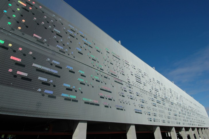 Fasada bolnice dekorisana signalima Morzeove azbuke