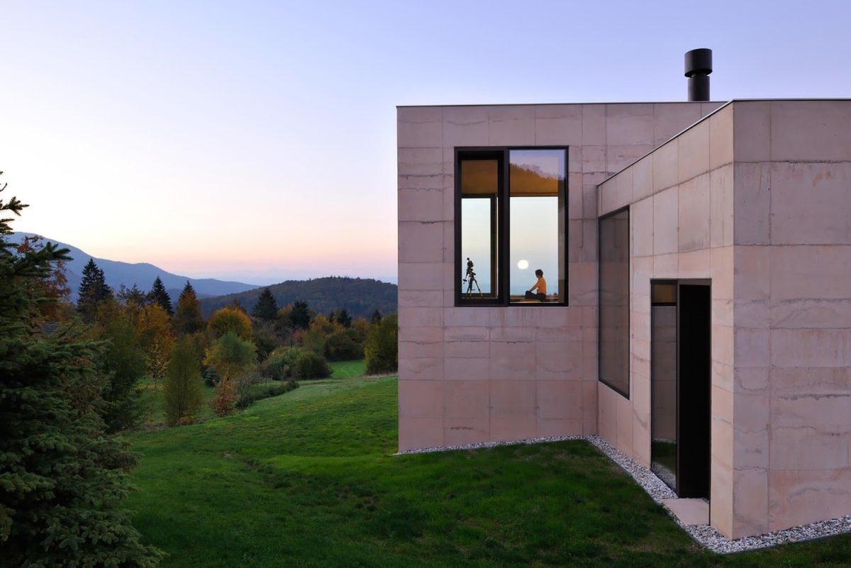 Kubična kuća na Karavankama od betona u boji zemljišta
