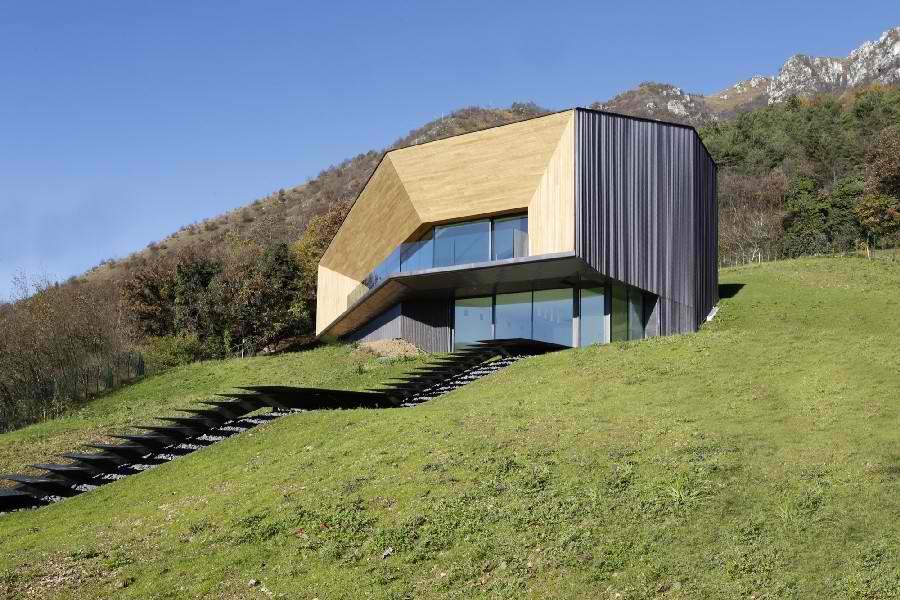 Minimalistička vila od drveta i bakra koja štedi energiju