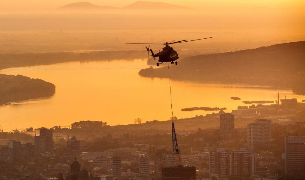 Kako je helikopterom pokušana montaža vrha pilona mosta na Adi