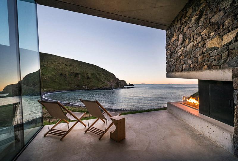 Kamena kuća izolovana od ostatka sveta