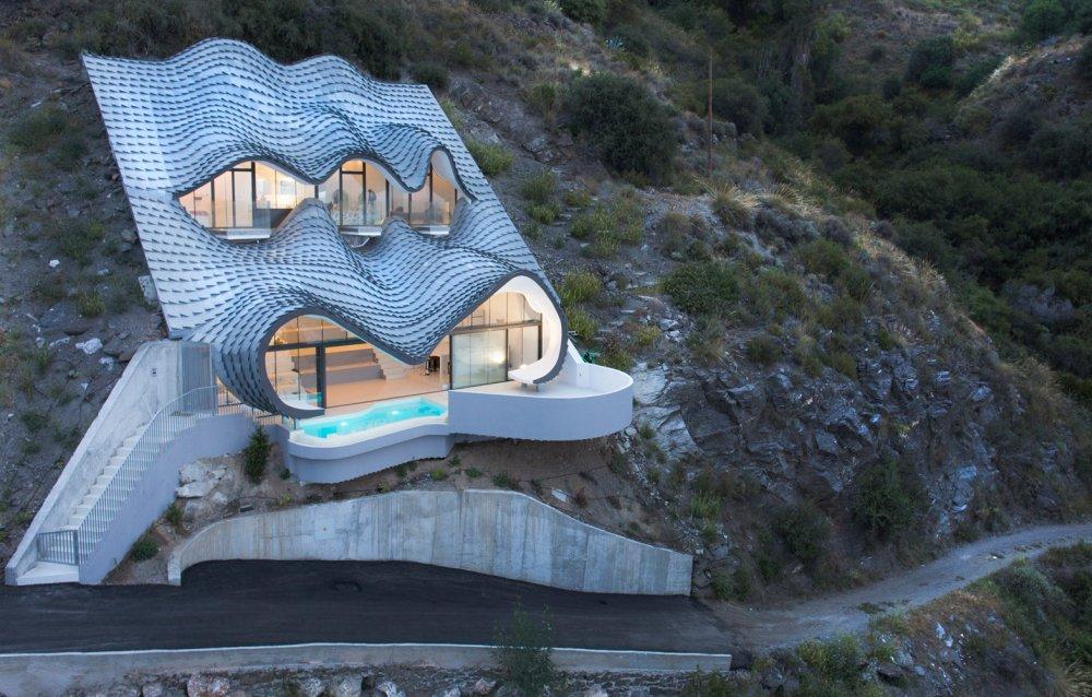 Ukopana kuća na Mediteranu inspirisana zmajem