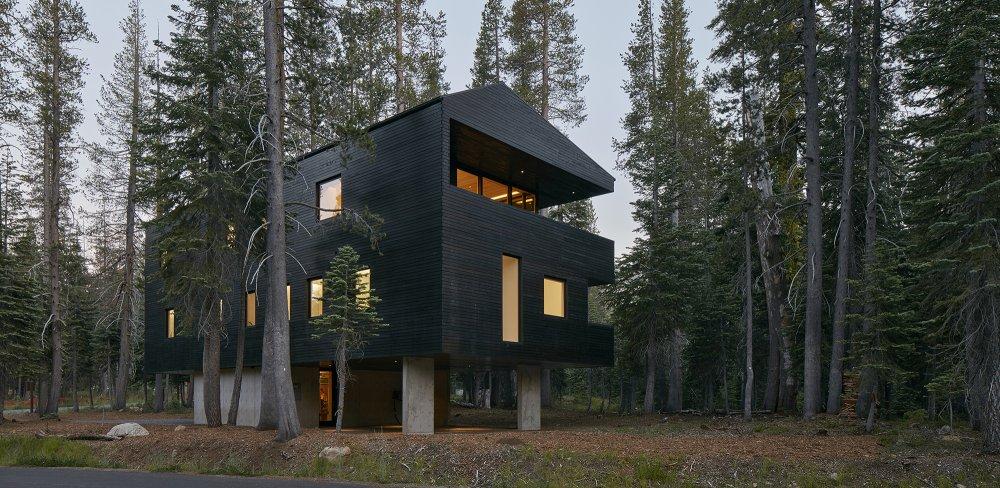 Vikendica s drvenom fasadom premazanom katranom