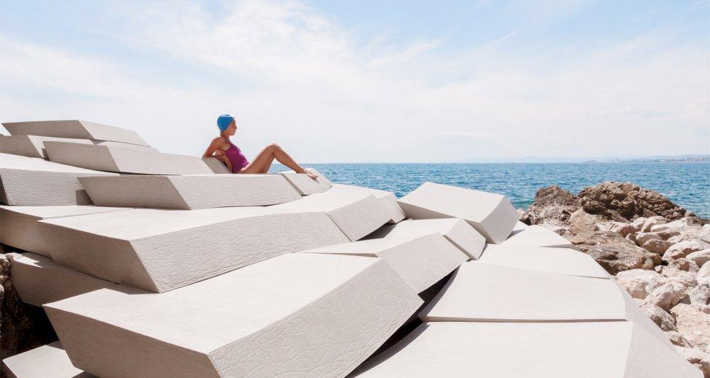 Privremeni amfiteatar od pene koja izgleda kao beton