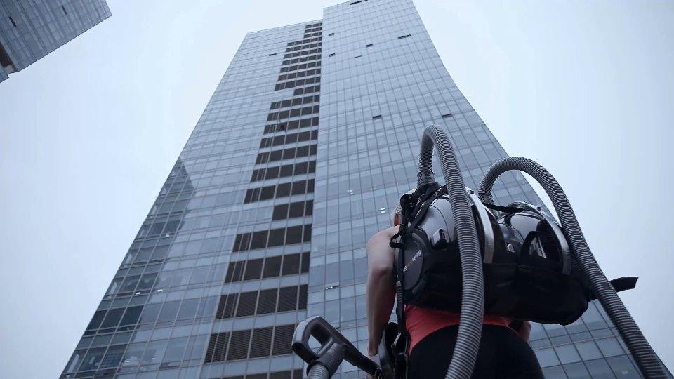 Osvojila vrh staklene zgrade uz pomoć usisivača