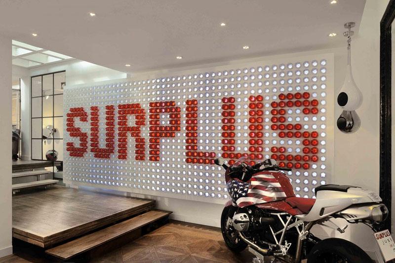 Logo prodavnice napravljen od 900 plastičnih flaša