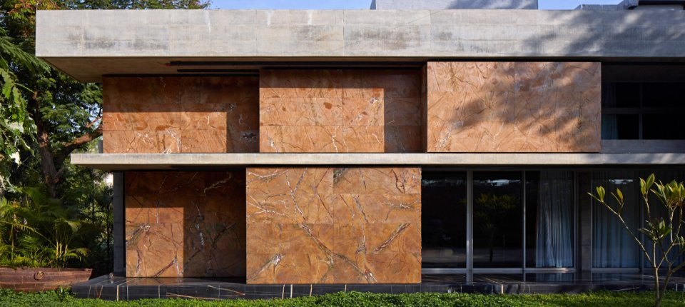 Dinamična fasada s pomičnim mermernim oklopom
