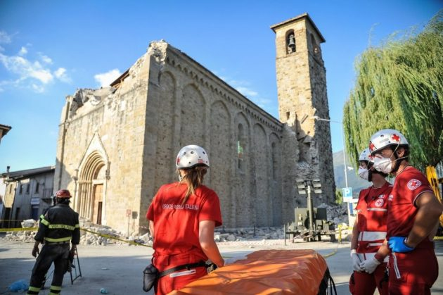 Volontari della Croce Rossa Italiana impegnati durante l'emergenza terremoto ad Amatrice. Agosto 26, 2016 presso Amatrice, Abruzzo Italia. Foto: Gianluca Fortunato Volunteers of the Italian Red Cross committed during the earthquake emergency in Amatrice on August 26, 2016 in Amatrice, Italy. Photo: Gianluca Fortunato