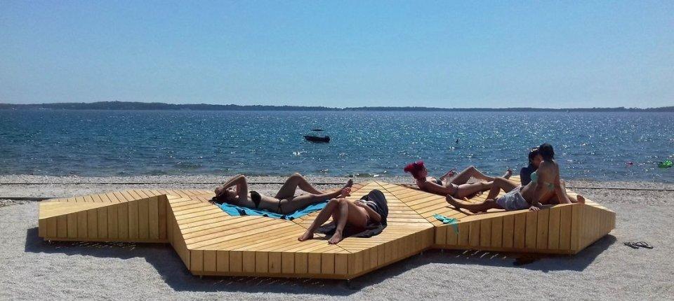 Drvena sunčališta umesto betona i plastičnih ležaljki