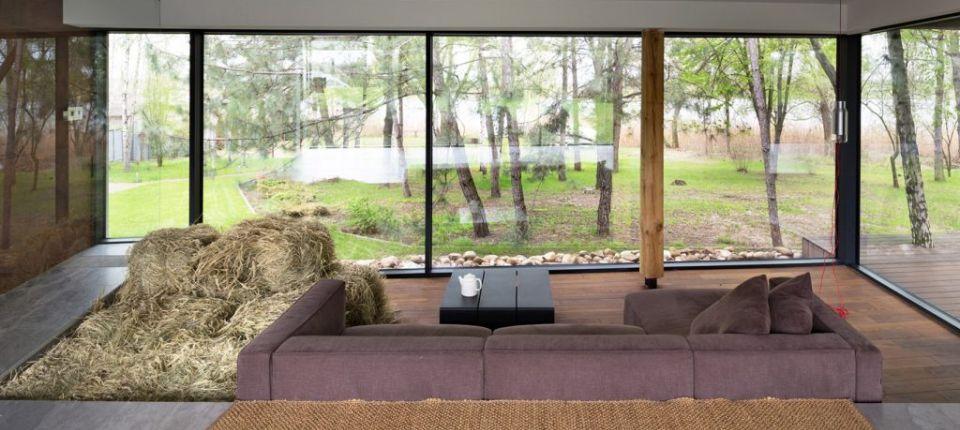 Neobična kuća s tuš-kabinom i senom usred dnevne sobe
