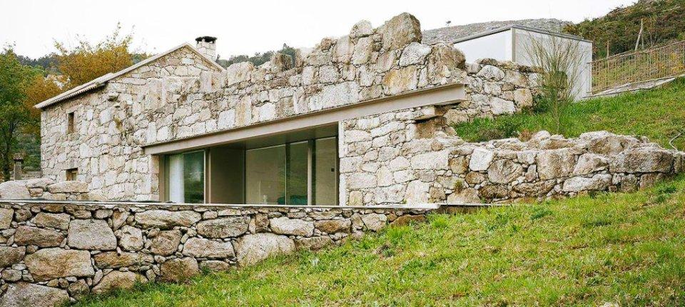 Derutna kamena kuća pretvorena u minimalistički dom