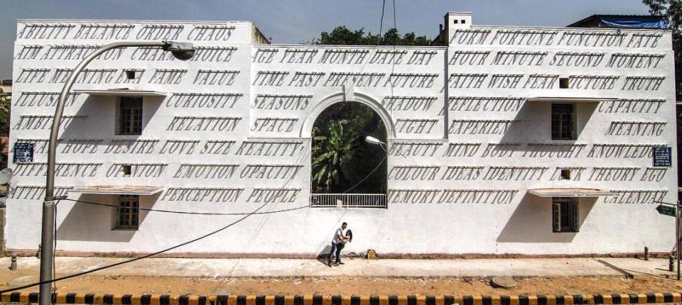 Dinamični grafiti na fasadi koji se menjaju u skladu s položajem Sunca